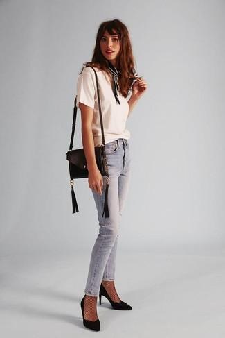 Cómo combinar: camiseta con cuello circular blanca, vaqueros pitillo celestes, zapatos de tacón de ante negros, bolso bandolera de cuero negro