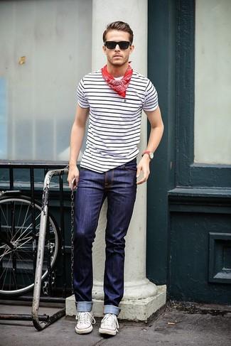 Cómo combinar: camiseta con cuello circular de rayas horizontales en blanco y negro, vaqueros azul marino, tenis de lona blancos, bandana de paisley roja