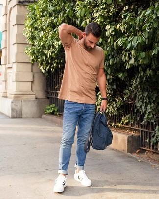 Cómo combinar: camiseta con cuello circular marrón claro, vaqueros azules, tenis de cuero blancos, mochila de lona azul marino