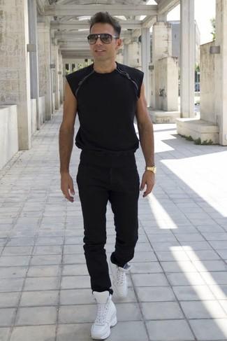 Cómo combinar: camiseta con cuello circular negra, vaqueros negros, zapatillas altas de cuero blancas, gafas de sol negras