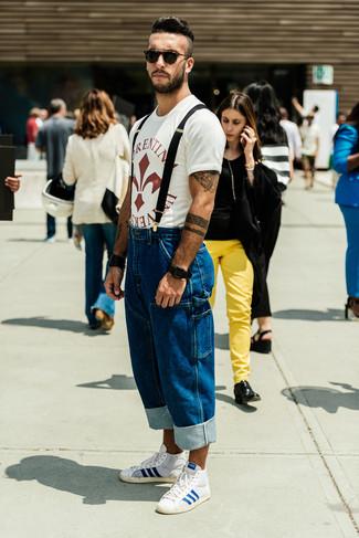 Cómo combinar: camiseta con cuello circular estampada en blanco y rojo, vaqueros azules, zapatillas altas en blanco y azul, gafas de sol negras