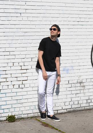 Cómo combinar: camiseta con cuello circular negra, vaqueros blancos, zapatillas slip-on de cuero negras, gorra de béisbol en gris oscuro
