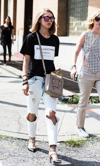Cómo combinar: camiseta con cuello circular estampada en negro y blanco, vaqueros desgastados celestes, zapatos de tacón de cuero con tachuelas negros, bolso bandolera de cuero gris