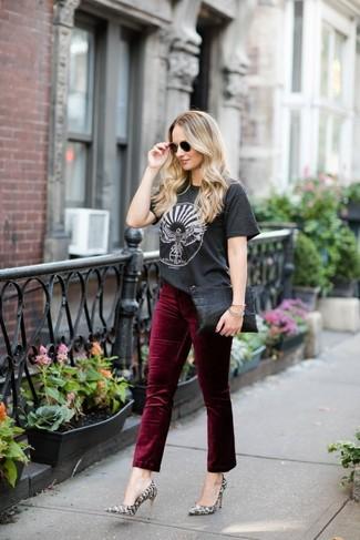 Cómo combinar unos pantalones: Para un atuendo que esté lleno de caracter y personalidad elige una camiseta con cuello circular estampada en gris oscuro y unos pantalones. Zapatos de tacón de cuero con print de serpiente grises son una opción estupenda para completar este atuendo.
