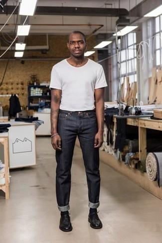 Cómo combinar unos zapatos derby de cuero negros: Ponte una camiseta con cuello circular blanca y unos vaqueros azul marino para lidiar sin esfuerzo con lo que sea que te traiga el día. Agrega zapatos derby de cuero negros a tu apariencia para un mejor estilo al instante.
