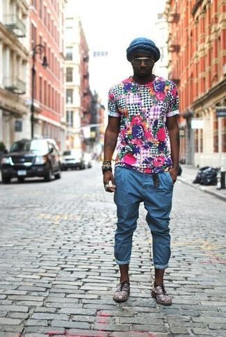 Una camiseta con cuello circular con print de flores en multicolor y un gorro azul marino son tu atuendo para salir los días de descanso. Zapatos oxford de ante grises son una forma sencilla de mejorar tu look.