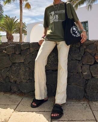 Cómo combinar un pantalón chino de lino en beige: Haz de una camiseta con cuello circular estampada verde oliva y un pantalón chino de lino en beige tu atuendo para una vestimenta cómoda que queda muy bien junta. ¿Quieres elegir un zapato informal? Opta por un par de sandalias de lona negras para el día.