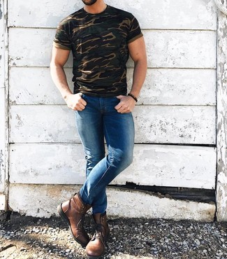 Cómo combinar: camiseta con cuello circular de camuflaje verde oliva, vaqueros pitillo azules, botas casual de cuero marrónes, pulsera con cuentas en marrón oscuro