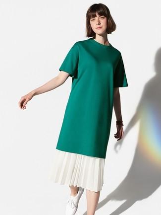 Cómo combinar: camiseta con cuello circular verde oscuro, falda midi plisada blanca, tenis de cuero blancos