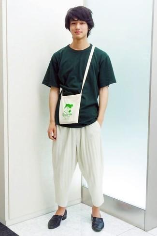 Cómo combinar unos zapatos de vestir en clima caliente: Opta por una camiseta con cuello circular verde oscuro y un pantalón chino blanco para un almuerzo en domingo con amigos. ¿Te sientes valiente? Complementa tu atuendo con zapatos de vestir.