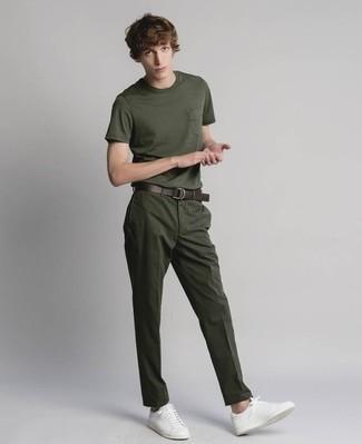 Cómo combinar unos tenis de cuero blancos: Elige una camiseta con cuello circular verde oscuro y un pantalón chino verde oscuro para una apariencia fácil de vestir para todos los días. Tenis de cuero blancos son una opción estupenda para completar este atuendo.
