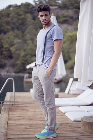 Cómo combinar: camiseta con cuello circular violeta claro, pantalón chino gris, deportivas en turquesa, tirantes azul marino