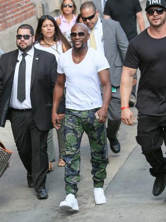 Como Combinar Unas Zapatillas Blancas Con Unos Pantalones De Camuflaje Para Hombres De 30 Anos En Clima Caliente 3 Outfits Lookastic Espana