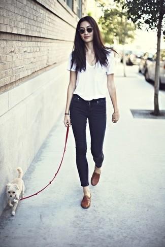 Cómo combinar: camiseta con cuello en v blanca, vaqueros pitillo negros, mocasín de cuero marrónes, gafas de sol en marrón oscuro