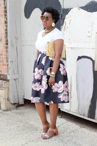 Cómo combinar: camiseta con cuello en v blanca, falda campana con print de flores negra, sandalias de tacón de cuero con print de serpiente en beige, cartera sobre de paja dorada