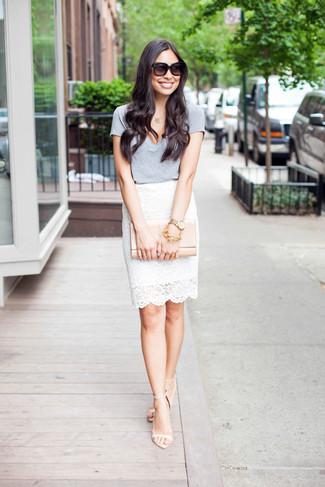 Cómo combinar: camiseta con cuello en v gris, falda lápiz de encaje blanca, sandalias de tacón de cuero en beige, cartera sobre de cuero en beige