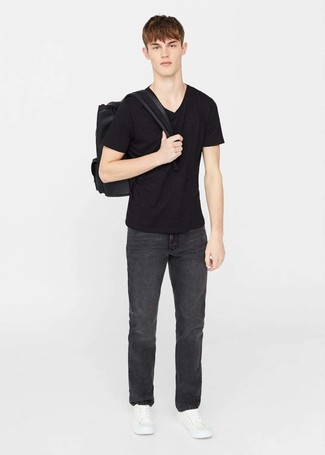 Cómo combinar: camiseta con cuello en v negra, vaqueros negros, tenis de cuero blancos, mochila de cuero negra