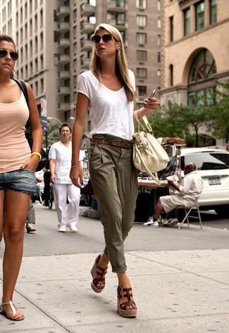 Intenta combinar una camiseta con un pantalón chino verde oliva transmitirán una vibra libre y relajada. ¿Te sientes ingenioso? Dale el toque final a tu atuendo con sandalias con cuña de cuero marrón oscuro.