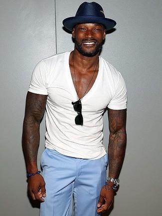 Cómo combinar: camiseta con cuello en v blanca, pantalón de vestir celeste, sombrero de paja azul marino, gafas de sol negras