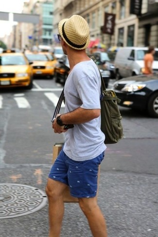 Cómo combinar: camiseta con cuello en v gris, pantalones cortos estampados azules, bolsa tote de lona verde oliva, sombrero de paja marrón claro