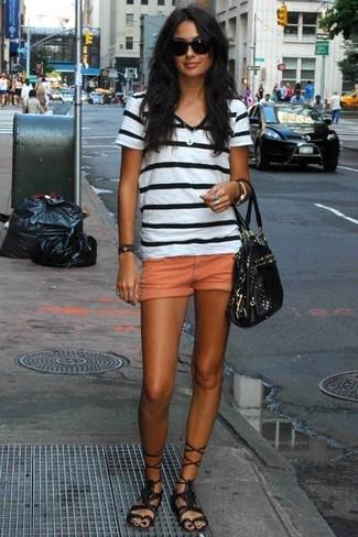 Intenta ponerse una camiseta con cuello en v de rayas horizontales en blanco y negro y unos pantalones cortos naranjas para crear una apariencia elegante y glamurosa. Un par de sandalias romanas altas de cuero negras se integra perfectamente con diversos looks.