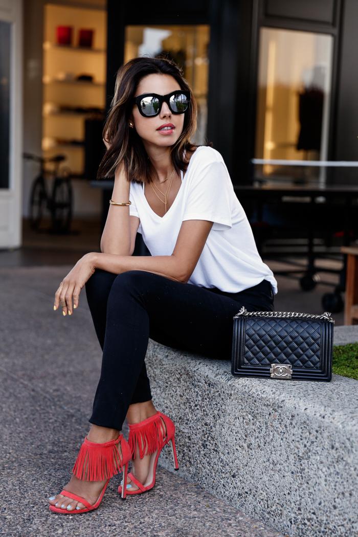 Look de moda Camiseta con Cuello en V Blanca, Vaqueros Pitillo Negros, Sandalias