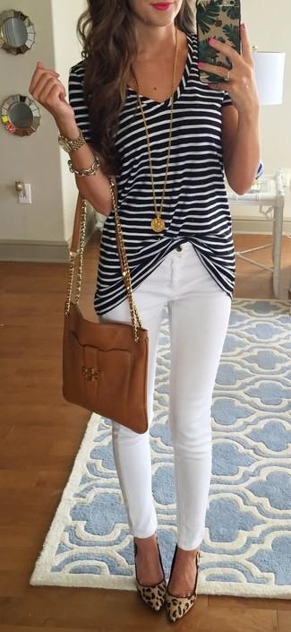 Cómo combinar una pulsera dorada: Opta por la comodidad en una camiseta con cuello en v de rayas horizontales en negro y blanco y una pulsera dorada. Zapatos de tacón de ante de leopardo marrón claro son una opción muy buena para complementar tu atuendo.