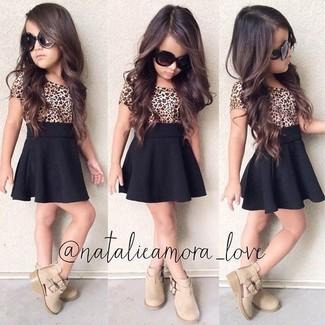 fad5291f4 Look de moda: Camiseta de leopardo marrón claro, Falda negra, Botas ...