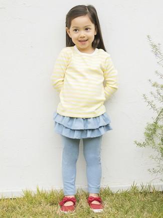 Look de moda: Camiseta de manga larga amarilla, Leggings celestes, Bailarinas rojas