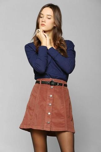 Cómo combinar una correa de cuero negra: Emparejar una camiseta de manga larga azul marino junto a una correa de cuero negra es una opción grandiosa para el fin de semana.