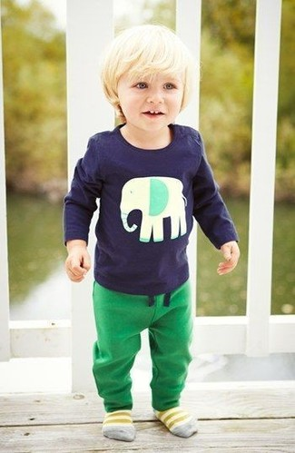 Cómo combinar: camiseta de manga larga azul marino, pantalón de chándal verde, calcetines amarillos