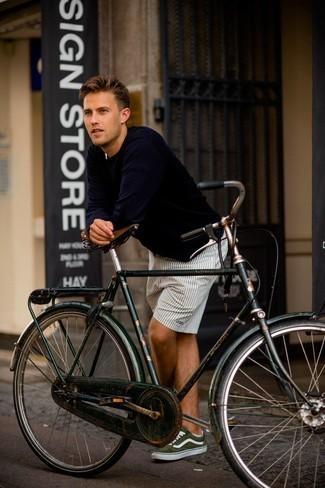 Cómo combinar unos pantalones cortos: Una camiseta de manga larga azul marino y unos pantalones cortos son una opción inigualable para el fin de semana. Tenis de lona verde oliva son una opción atractiva para complementar tu atuendo.