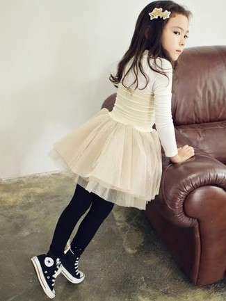 Cómo combinar: camiseta de manga larga blanca, falda de tul blanca, zapatillas negras, medias negras