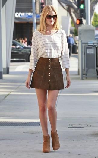 Cómo combinar: camiseta de manga larga de rayas horizontales blanca, falda con botones de ante marrón, botines de ante marrónes, gafas de sol en marrón oscuro