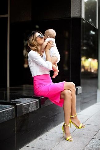 Una camiseta de manga larga blanca y una falda lápiz rosa son prendas que debes tener en tu armario. Sandalias de tacón de cuero amarillas son una opción atractiva para completar este atuendo.