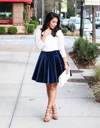 Cómo combinar: camiseta de manga larga de encaje blanca, falda skater de terciopelo azul marino, sandalias romanas de cuero marrón claro, cartera sobre de cuero blanca