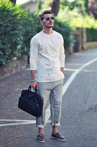 Cómo combinar: camiseta de manga larga blanca, pantalón chino gris, sandalias de cuero azul marino, portafolio de cuero azul marino