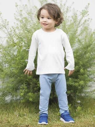 Cómo combinar: camiseta de manga larga blanca, pantalón de chándal celeste, zapatillas azules