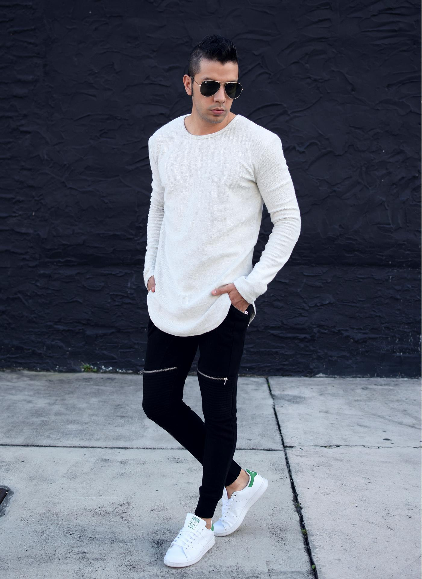 Look de moda Camiseta de Manga Larga Blanca, Pantalón de Chándal Negro, Tenis
