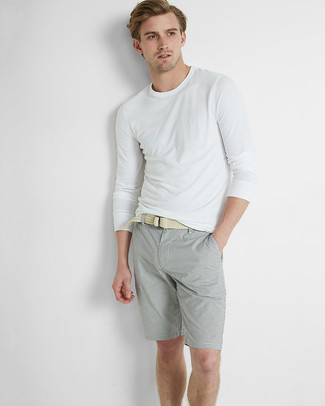 Cómo combinar: camiseta de manga larga blanca, pantalones cortos grises, correa de lona tejida en beige