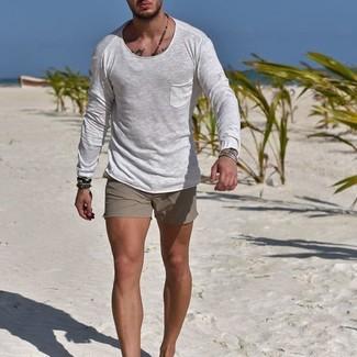 Cómo combinar: camiseta de manga larga blanca, pantalones cortos grises, pulsera en marrón oscuro