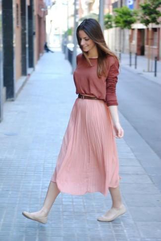 Look de moda: Camiseta de manga larga burdeos, Falda midi plisada rosada, Bailarinas de cuero en beige, Correa de cuero marrón