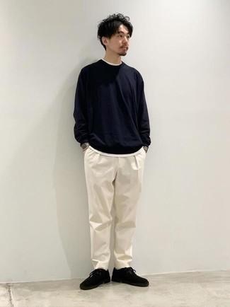 Look de moda: Camiseta de manga larga azul marino, Camiseta con cuello circular blanca, Pantalón chino blanco, Botas safari de ante negras