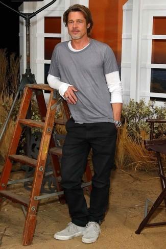 Look de Brad Pitt: Camiseta de manga larga blanca, Camiseta con cuello circular gris, Vaqueros negros, Tenis de ante grises