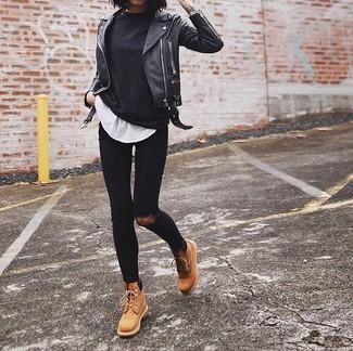 Cómo combinar: camiseta de manga larga negra, camiseta con cuello circular blanca, vaqueros pitillo desgastados negros, botas planas con cordones de cuero marrón claro