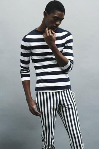 Cómo combinar: camiseta de manga larga de rayas horizontales en negro y blanco, pantalón chino de rayas verticales en negro y blanco