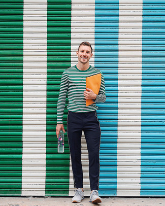 Cómo combinar: camiseta de manga larga de rayas horizontales verde oscuro, pantalón chino de sarga de rayas verticales negro, deportivas de ante grises
