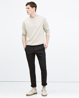 Cómo combinar unos zapatos derby de cuero blancos: Opta por una camiseta de manga larga en beige y un pantalón chino negro para lidiar sin esfuerzo con lo que sea que te traiga el día. Con el calzado, sé más clásico y completa tu atuendo con zapatos derby de cuero blancos.