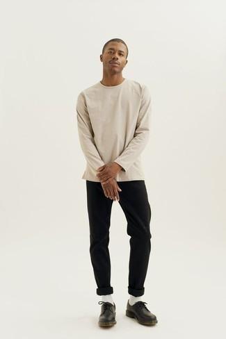 Cómo combinar unos zapatos derby de cuero negros: Casa una camiseta de manga larga en beige junto a un pantalón chino negro para conseguir una apariencia relajada pero elegante. ¿Te sientes valiente? Elige un par de zapatos derby de cuero negros.