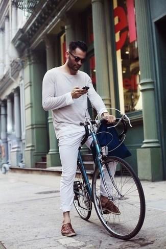 Cómo combinar unas alpargatas de cuero marrónes: Usa una camiseta de manga larga de rayas horizontales en blanco y azul marino y un pantalón chino blanco para una apariencia fácil de vestir para todos los días. Opta por un par de alpargatas de cuero marrónes para mostrar tu inteligencia sartorial.